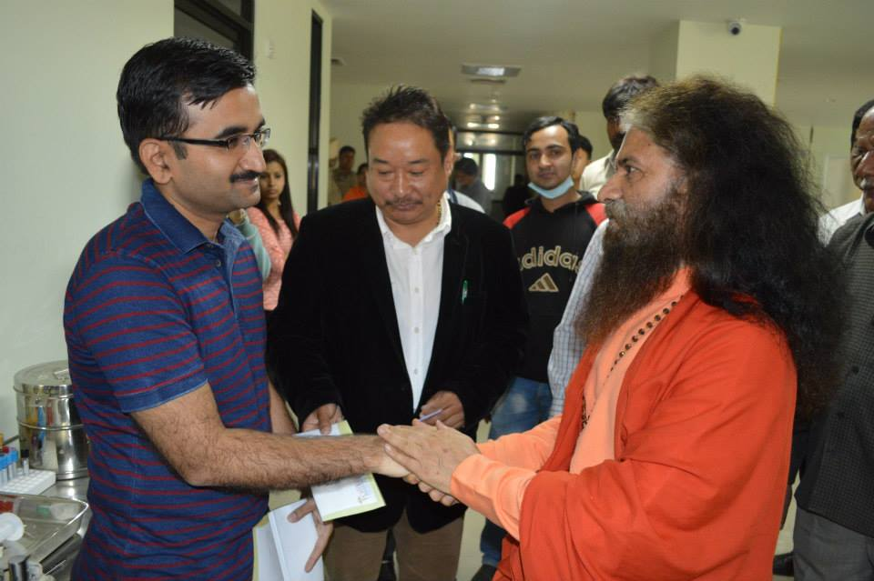 Pujya Swamiji Meets Patients in Nepal (7)