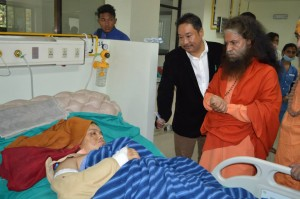 Pujya Swamiji Meets Patients in Nepal (1)